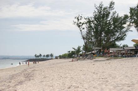 ローカル感ただようスランガン島のビーチでサーフィン見学