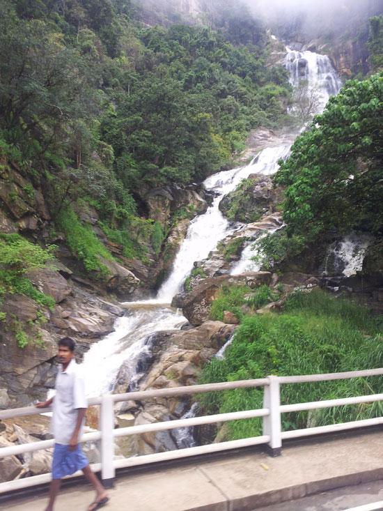 ヌワラエリアから1時間くらいの地点にある滝