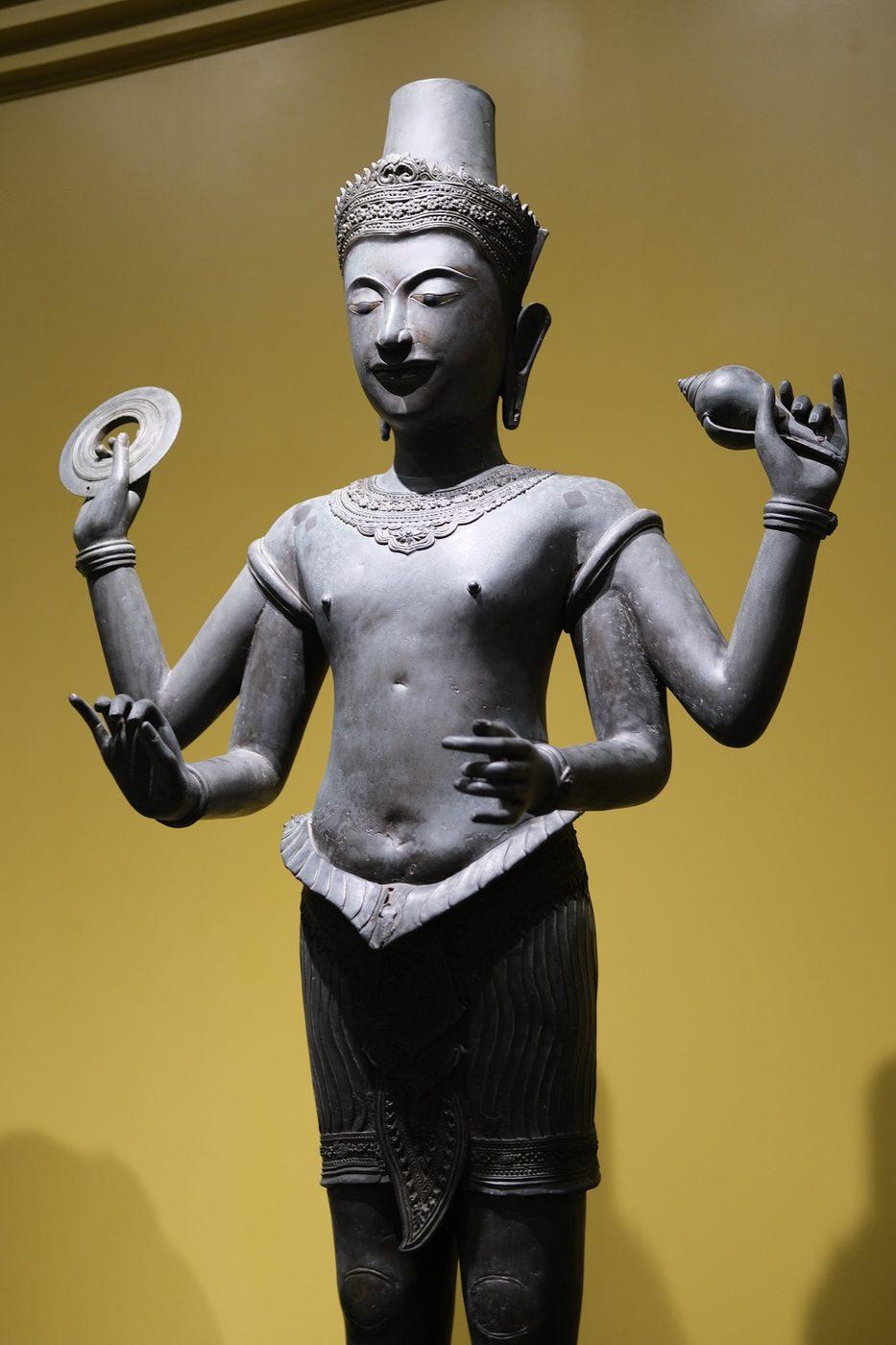 ヴィシュヌ像。手には円盤と法螺貝