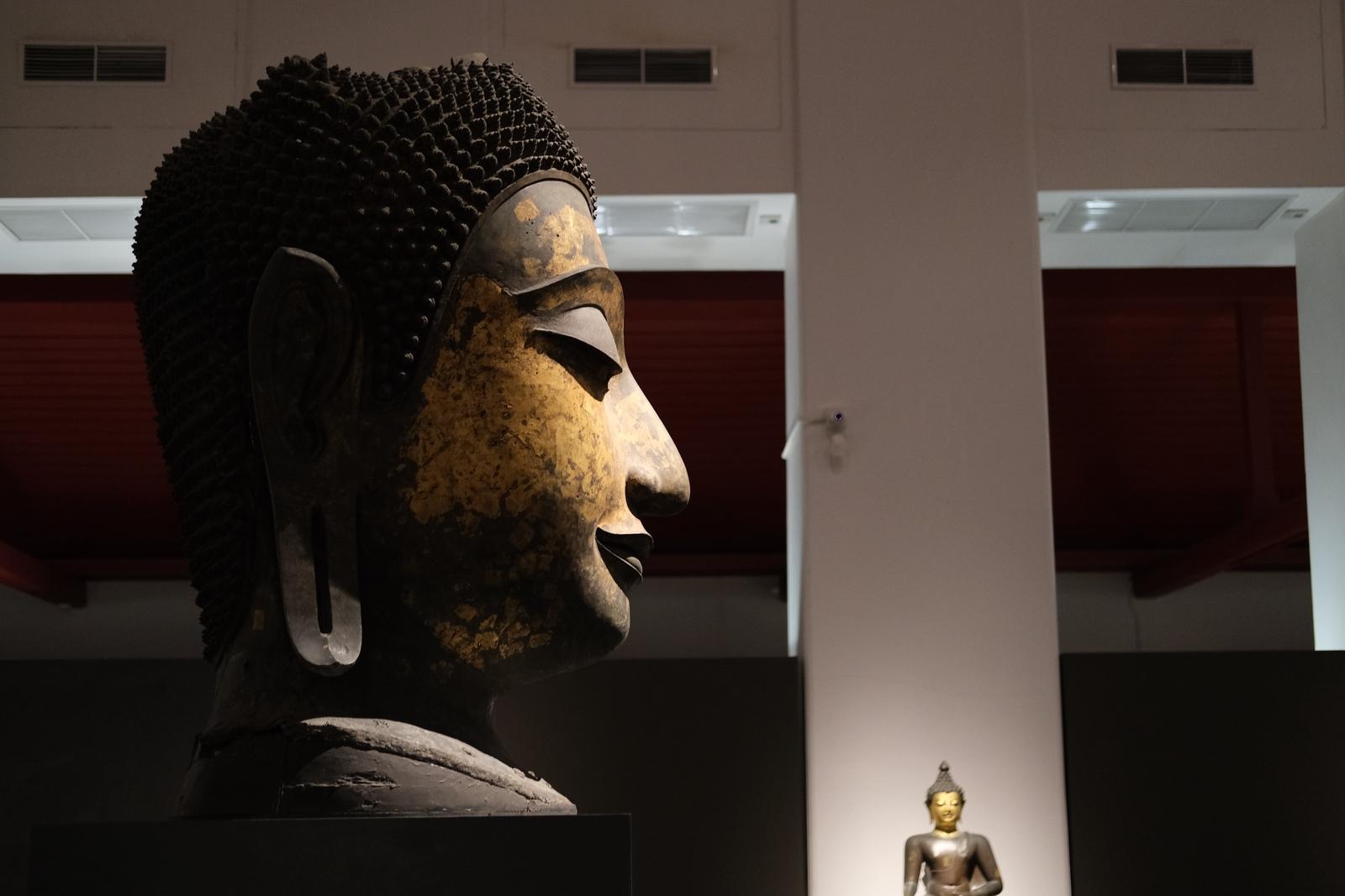ブッダの仏像の横顔