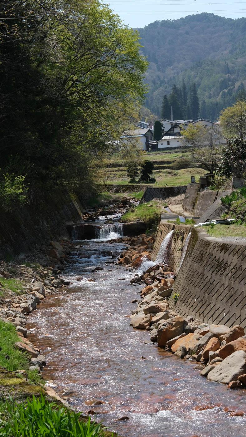 千曲市の里山を流れる小川
