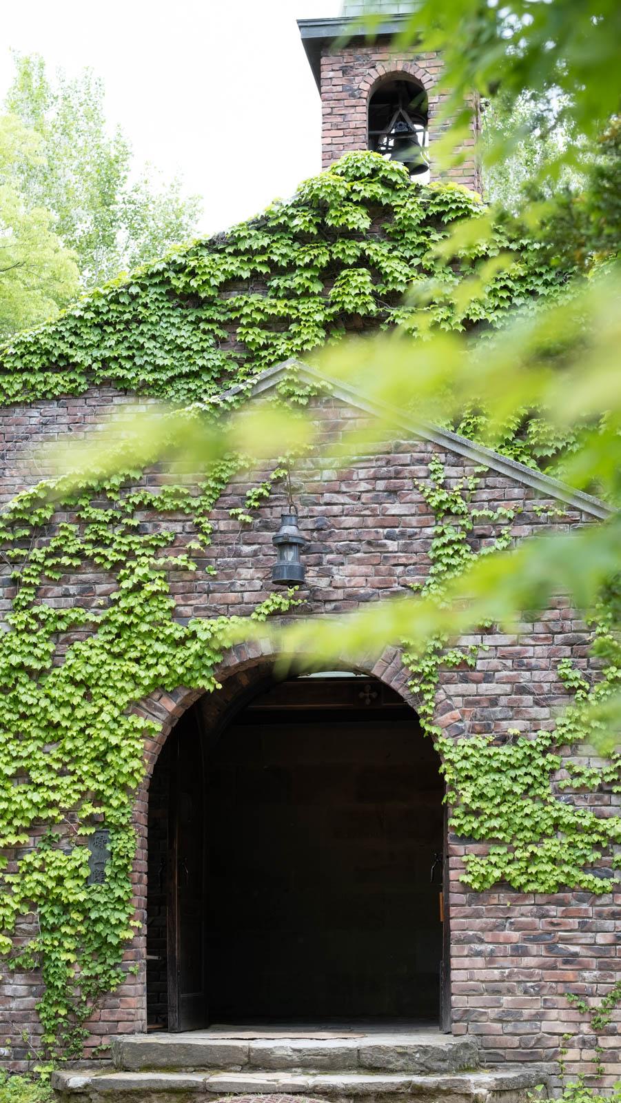 煉瓦造りでツルに覆われた碌山館