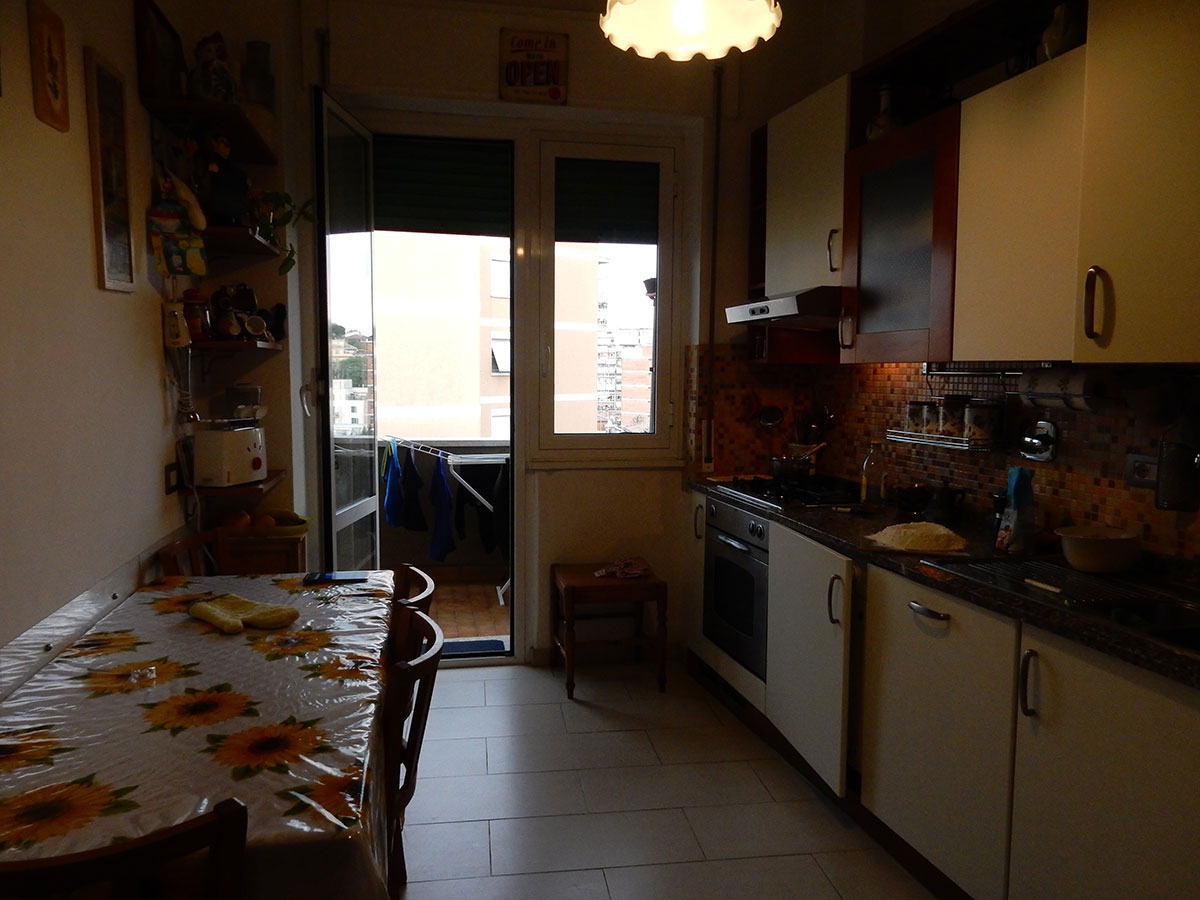 キッチン。外はベランダ