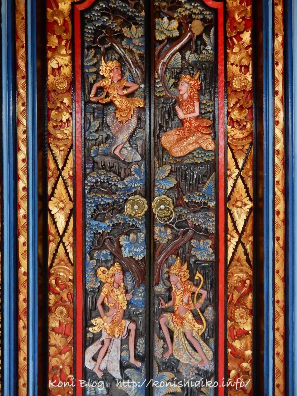 バリ島の彫刻が美しい扉
