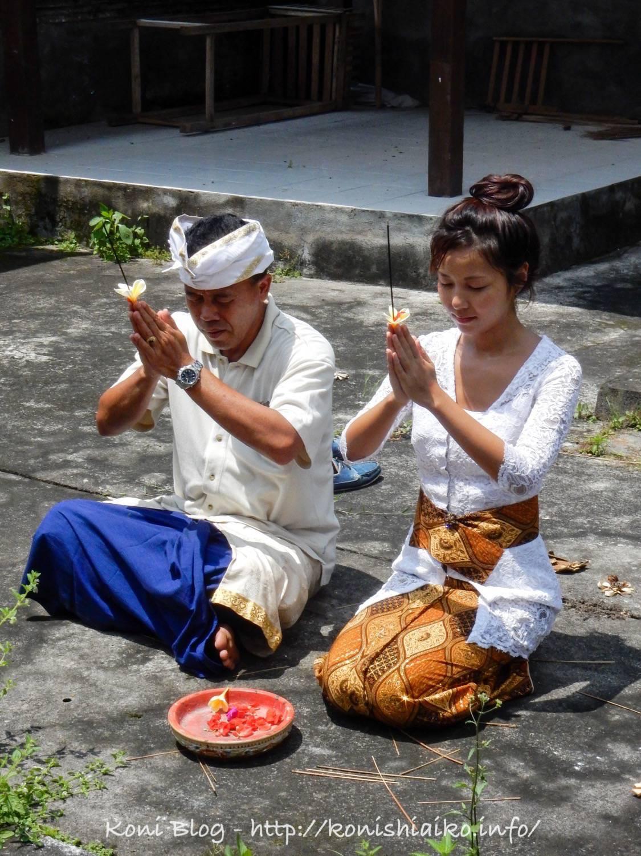 バリ島でスンバヤン(お祈り)