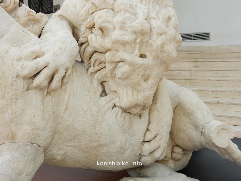 馬を襲うライオンの像