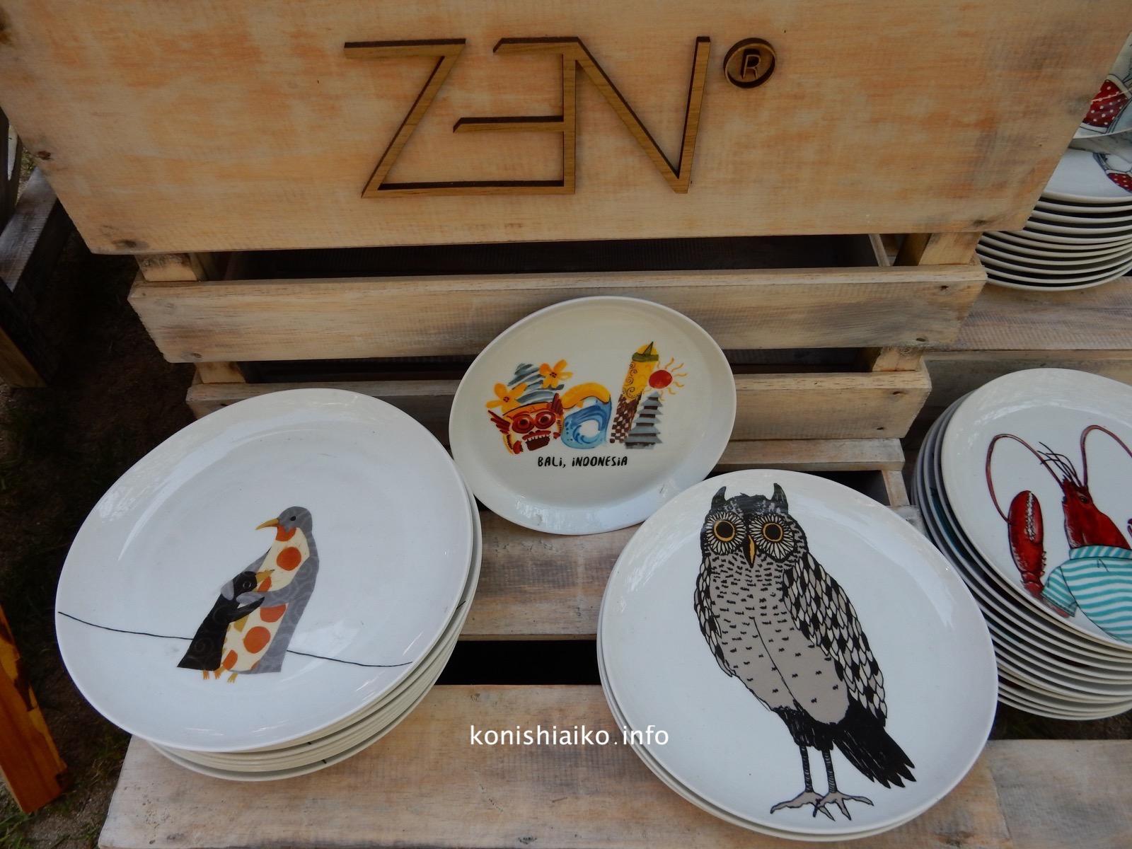 鳥や動物の絵が描かれたお皿が個性的