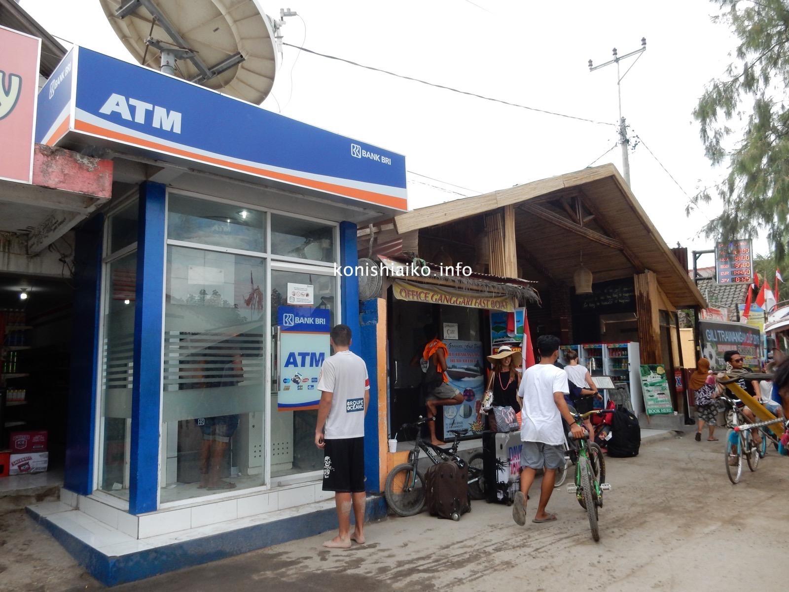 ギリ・トラワガンの大通り、船着場近くにあるオフィス。目標は青いATM