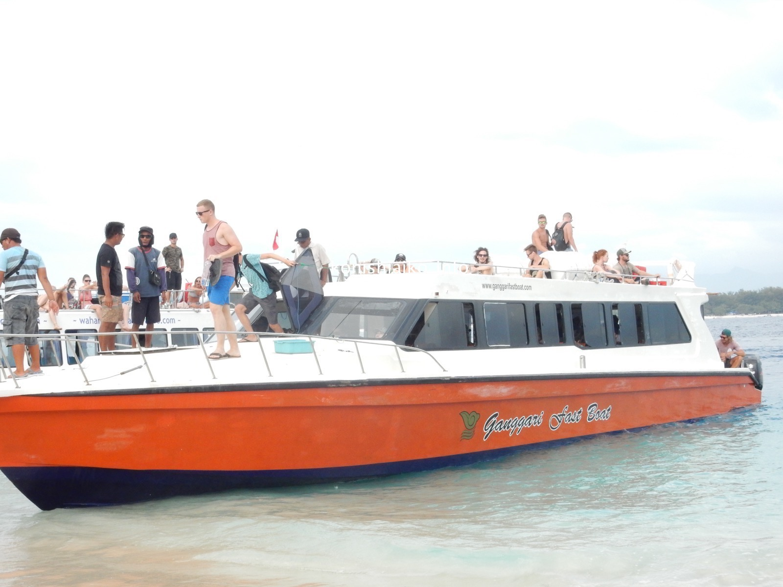 バリ発のGanggari Fast Boatが到着!乗客が降りたら私たちが乗り込む