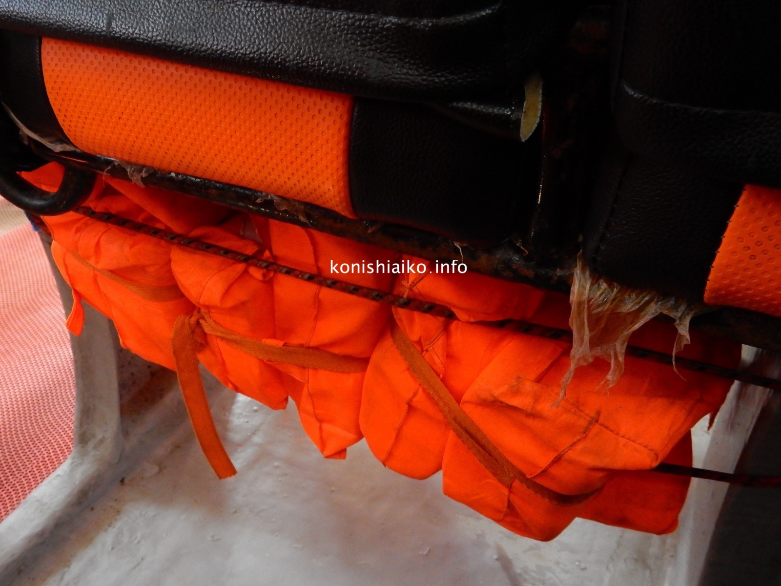 座席下のライフジャケット