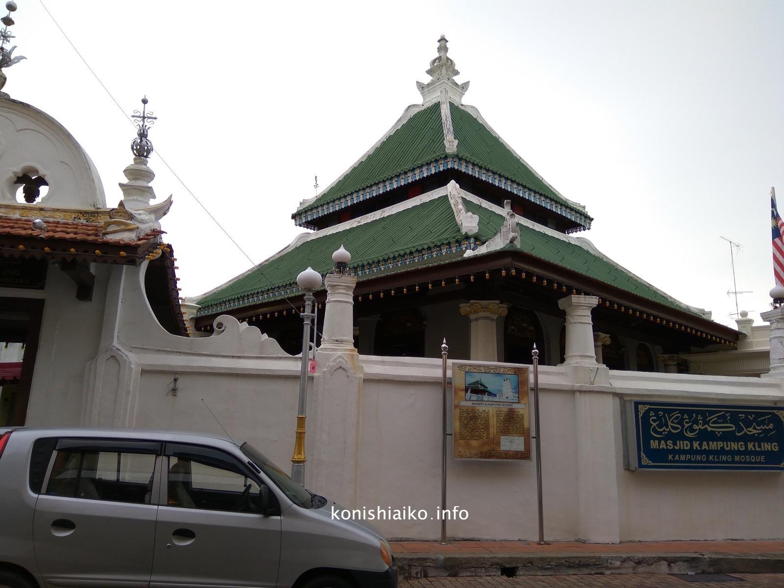 ジョンカー通りの北を平行に走るJalan Tukang Emasのモスク前にあります