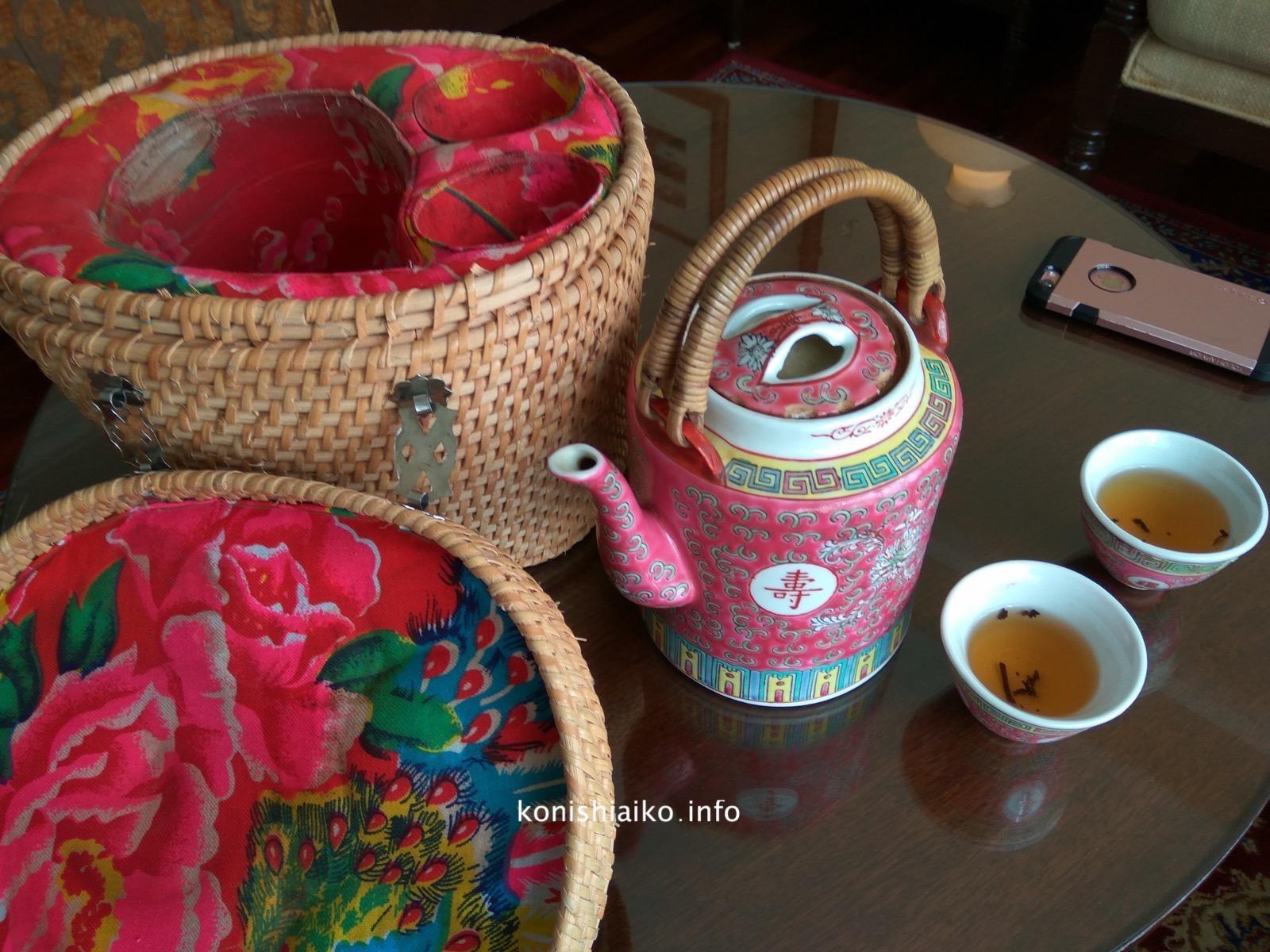 ホテルの方が持ってきてくれたウェルカム・ライチティー。茶器セットが可愛すぎ