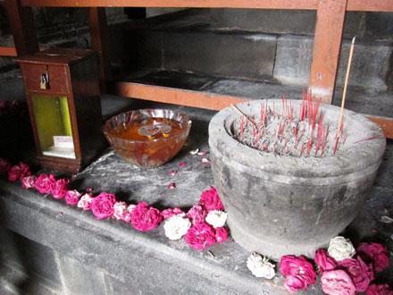 寺院内のお線香