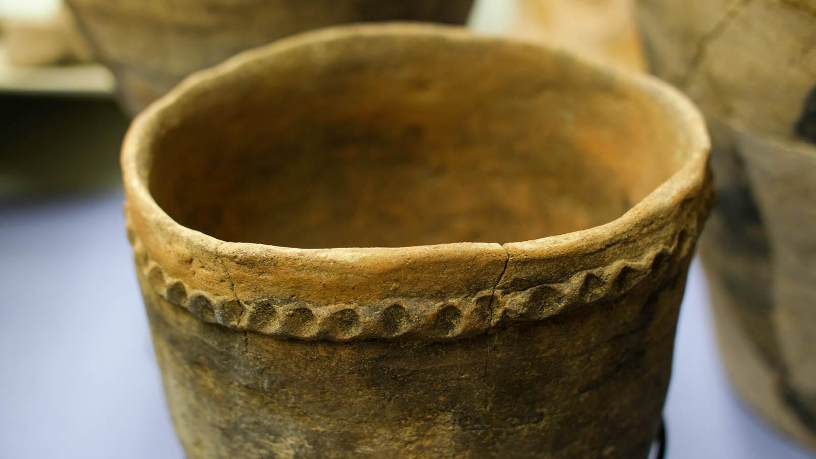 シンプルな縄目模様の縄文土器