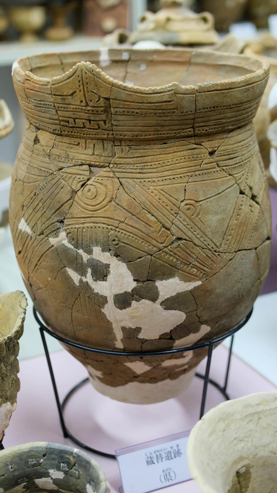 直線と点線で模様が描かれた縄文土器