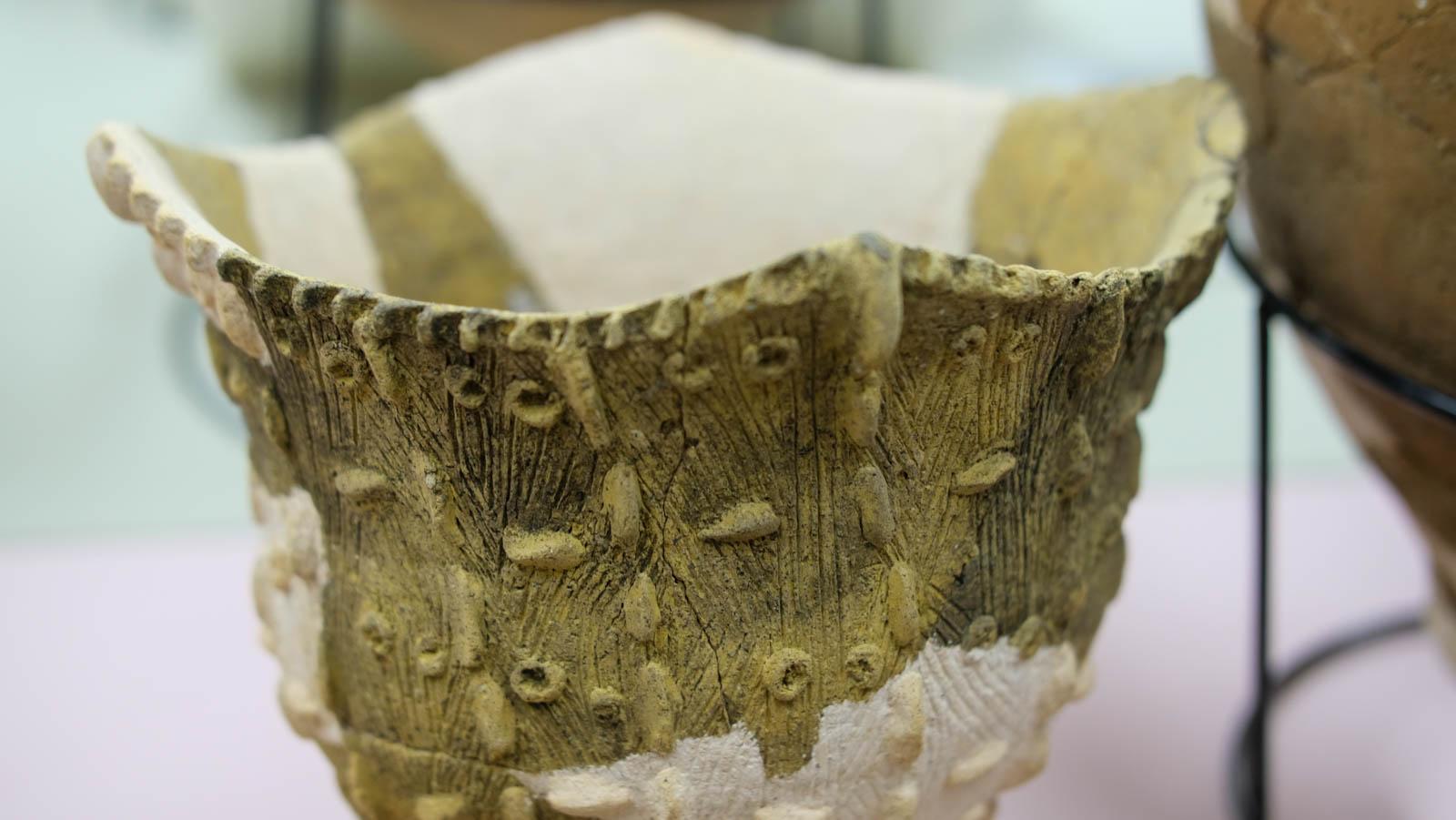 小さな突起が付いた縄文土器