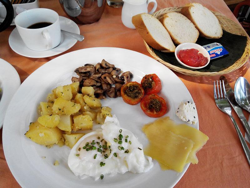 バリ島朝ごはん① ダブルシックスビーチ至近、ボリューム大でお得な朝食・テコールバリ